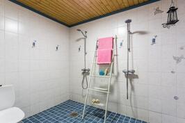pesuhuone, 2 suihkua, kiviseinät