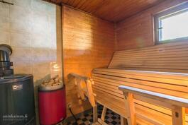 Saunassa puulämmitteinen ja sähkökiuas