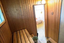 Pesuhuoneessa lattialämmitys.