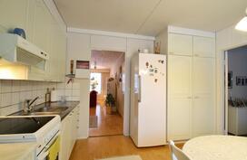 Tilava keittiö. Keskellä käynti oh. Oikealla ovi mh:n