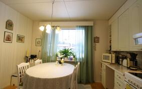 Keittiössä ikkuna Huhtotielle sisääntulopihaan.
