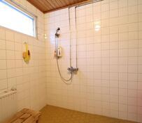 Tilava pesuhuone tarjoaa mukavuutta vaikkapa lasten kanssa kylpemiseen.