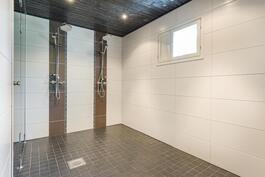 Suureen kylpyhuoneeseen mahtuu vaikka poreallas.