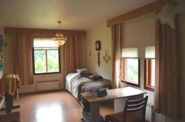 Makuuhuone 1 - tilava ja iso.