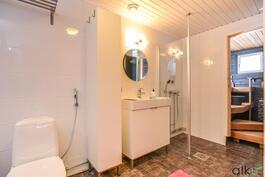Kaunis kylpyhuonetila on todella toimivan kokoinen