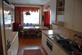 2 asunnon keittiö