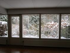 Olohuoneessa isot ikkunat oleskelupihan suuntaan