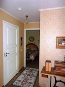 Näkymä olouhuoneesta makuuhuoneen suuntaan