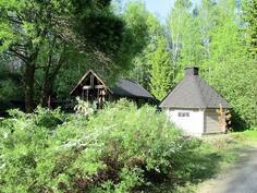 Kuva kodasta ja mökistä