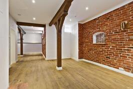 Tiiliseinät tuovat tunnelmaa kellarikerrokseen/ Charmiga tegelväggar i källarvåningen.