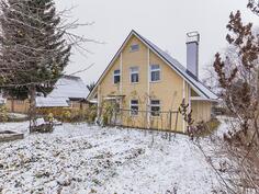 Kuvaa talon takapihalta. Tilaa hyötykasveille