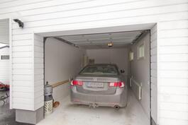 Laadukkaasti toteutettu autotalli.