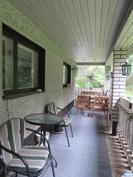 Talon etupihalla on tilava katettu terassi ja tontti rajoittuu puistoalueeseen ja ...