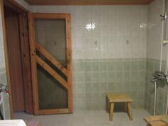 Siistissä 2000-luvun kylpyhuoneessa mm. lattialämmitys ja vedeneristys!
