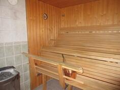 Talon 2000-luvun saunassa komeat muotolauteet ja sähkökiuas!