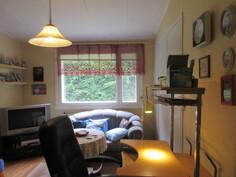 Osa talon ikkunoista uusittu v. -09! Kuvassa pienin makuuhuone kaapistoineen!