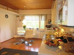 2000-luvun keittiössä asialliset keittiökoneet ja kauniit uusitut keittiökaapistot!