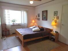 Kuvassa isoin makuuhuone, jossa kaapistojen lisäksi ...