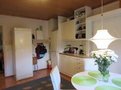 Ja vielä lisäkuvaa keittiöstä, jossa myös led-valaistu ylätaso!