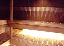 Tilava puulämmitteinen sauna.