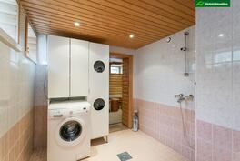Pesuhuoneessa tilaa myös pesukoneelle