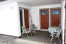 Suojaisa katettu terassi, josta kulku autotalliin, varastoon, saunatiloihin ja keittiöön.