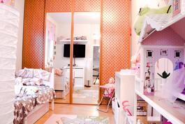 Pienempi makuuhuone ja koko seinän kattava liukuovikaapisto