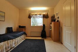 2.makuuhuoneessa ikkunallinen tilava vaatehuone