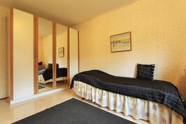 2.makuuhuone on ikkunallisen vaatehuoneen kera
