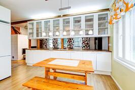 iso vitriinikaapisto jakaa keittiön ja olohoneen