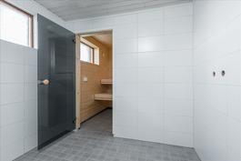 Suihkuhuone saunan yhteydessä