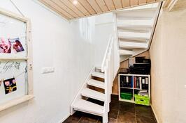 kellarikerroksen portaikko, säilytystilaa