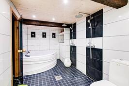 kylpyhuone poreammeella ja kahdella suihkulla