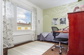 Hyvän kokoinen makuuhuone