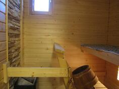 Ikkunallinen sauna koristekivi-yksityiskohdalla