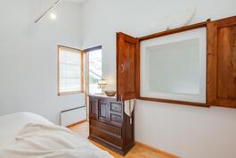 parvekkeellinen makuuhuone, lisäksi kurkistusikkuna olohuoneeseen
