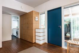 Sinisen oven takaa avautuu ihana koti!