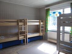 Puupuolen huoneiston nukkumahuone