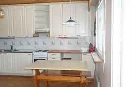 ruokapöydän paikka keittiössä