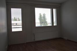 Olohuoneen ikkunoista näkymä keskustaan.