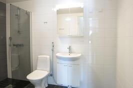 Kylpyhuone laatoitettu ja tilaa pesutornille.