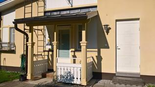Talon vasenta päätyä. Kodinhoitohuoneesta pääsy tästä ulos. Oikealla teknisen tilan valkea ovi.