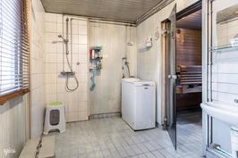Pesuhuone, jossa paikka pyykinpesukoneelle