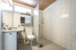 Wc-istuin myös kylpyhuoneessa