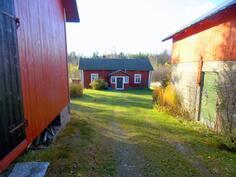 oikealla navetta, vasemmalla saunarakennus
