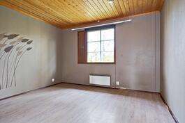 Tässä huoneessa pieni vaatehuone.
