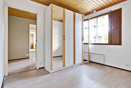 Tämän huoneen läpi kulku laajennusosan kahteen makuuhuoneeseen.