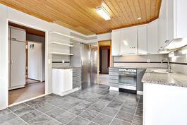 Keittiön lattia uusittu 2010