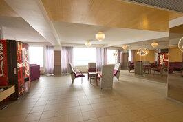 1. kerroksen aula, joka käy kivana seurustelutilana