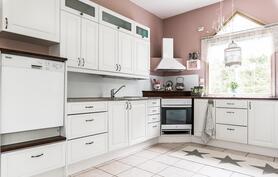 Tyylikäs keittiö valkoisilla kalusteilla